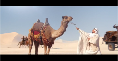 Đối lập với sự hiện đại, nhanh chóng của ba nhóm nhân vật, anh chàng Ả Rập vẫn ỳ ạch với con lạc đà