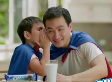 """Hai cha con cùng chia sẻ """"bí mật Oreo"""""""